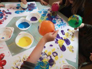 zdjęcie dzieci malujących farbami
