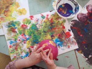 zdjęcie dziecka malującego farbami