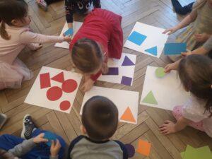 zdjęcie dziecka układającego figury