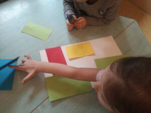 zdjęcie dzieci wyklejających figury