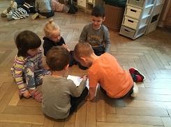 Zdjęcie dzieci pracujących w zespole