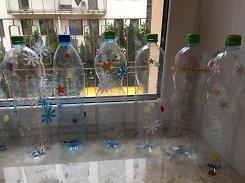 zdjęcie ozdobionych butelek