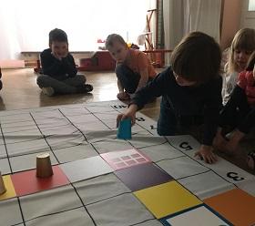 Zdjęcie dzieci bawiących się matą do kodowania