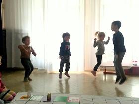 Zdjęcie dzieci cieszących się