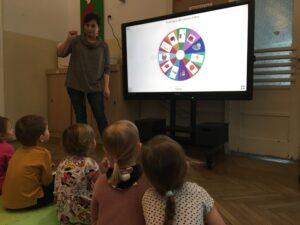 zdjęcie dzieci przed monitorem