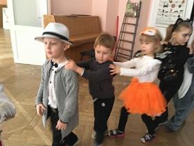 Zdjęcie dzieci bawiących się