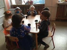 zdjęcie dzieci jedzących przy stole