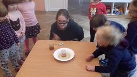 Zdjęcie dzieci obserwujących eksperyment