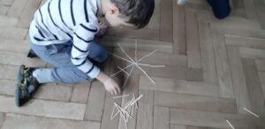 Zdjęcie dziecka układającego płatek śniegu