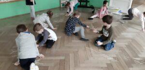 zdjęcie dzieci na sali