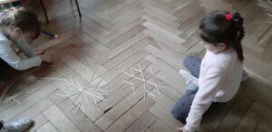 zdjęcie dziewczynek układających płatki śniegu
