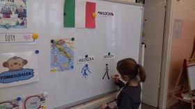 Zdjęcie dziecka pracującego przy tablicy