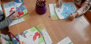 zdjęcie kolorujących dzieci