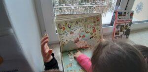 zdjęcie dzieci oglądających album