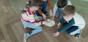 zdjęcie dzieci układających pizze