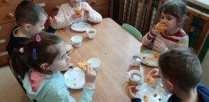 zdjęcie dzieci jedzących pizze