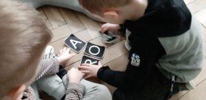 zdjęcie dziecka bawiącego się literami