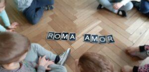 zdjęcie dzieci układających wyrazy