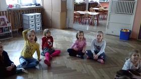 Zdjęcie dzieci siedzących na podłodze