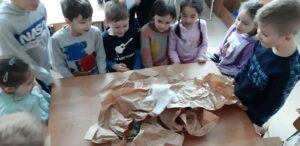 zdjęcie dzieci wykonujących wulkan