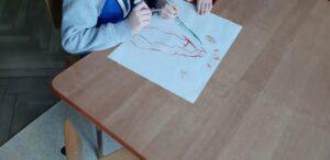 zdjęcie rysującego dziecka