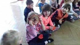 Zdjęcie dziecka przymierzającego maskę