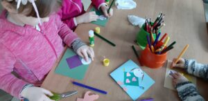 zdjęcie dzieci robiących laurki