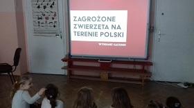 Zdjęcie dzieci pracujących przy tablicy interaktywnej