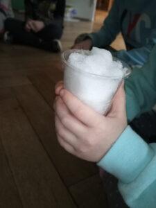 zdjęcie kubeczka oglądającego lód