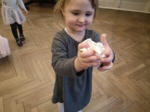 zdjęcie dziewczynki zgniatającej kule