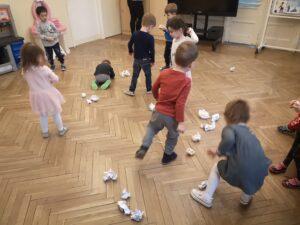 zdjęcie dzieci bawiących się kulkami