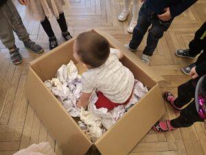 zdjęcie dziecka w pudle