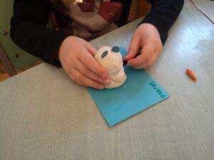 zdjęcie dziecka lepiącego z plasteliny