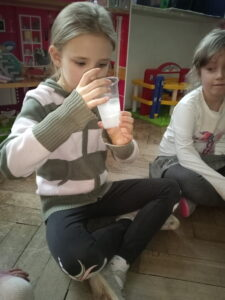 zdjęcie dziewczynki oglądającjh lód
