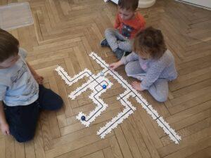 zdjęcie dzieci obserwujących ozoboty
