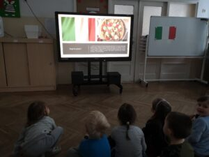 dzieci oglądające prezentację o pizzy