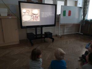 zdjęcie dzieci oglądających prezentację o pizzy