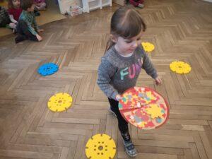 zdjęcie dziewczynki wykonującej zadanie ruchowe