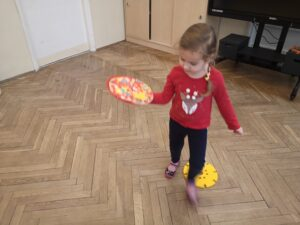 zdjęcie dziewczynki niosącej pizzę