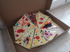 zdjęcie papierowej pizzy