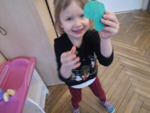zdjęcie dziewczynki trzymającej serduszko
