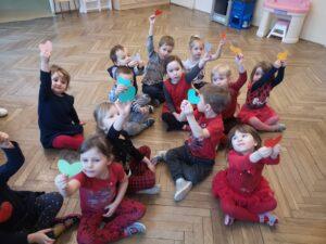 zdjęcie dzieci z serduszkami