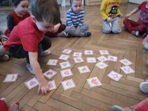 zdjęcie dzieci grających w memory