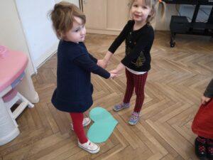 zdjęcie dziewczynek trzymających się za ręce