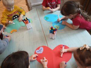 zdjęcie kolorujacych dzieci