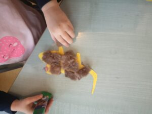 zdjęcie dziecka wyklejającego myszki