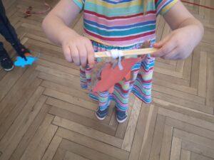 zdjęcie dziecka zawijającego myszkę na wełnę