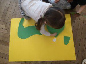 zdjęcie dziecka wyklejającego kota