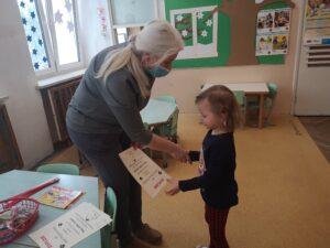 zdjęcie dziewczynki otrzymującej dyplom