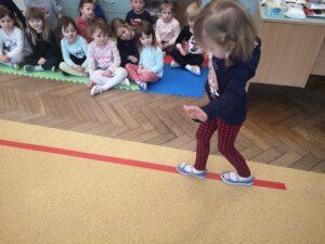 zdjęcie dziecka idącego po linii